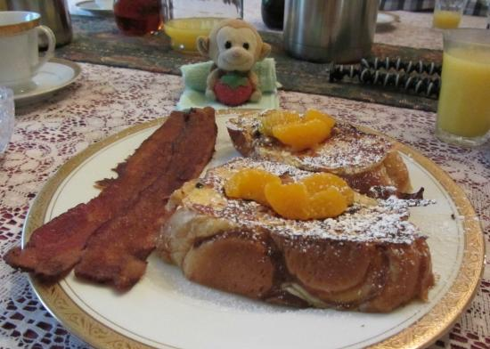 11th Avenue Inn Bed and Breakfast: Amazing french toast with bacon