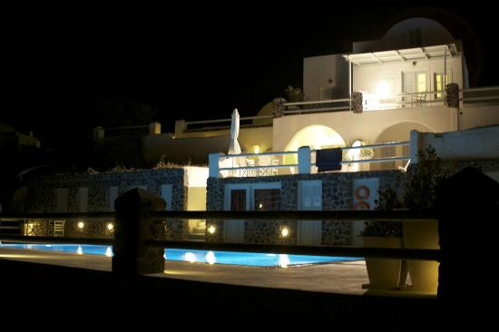 Oia Suites: Night view