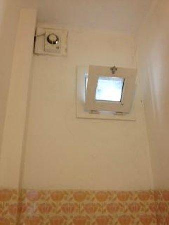 Hotel Cevoli Cattolica: finestrella bagno
