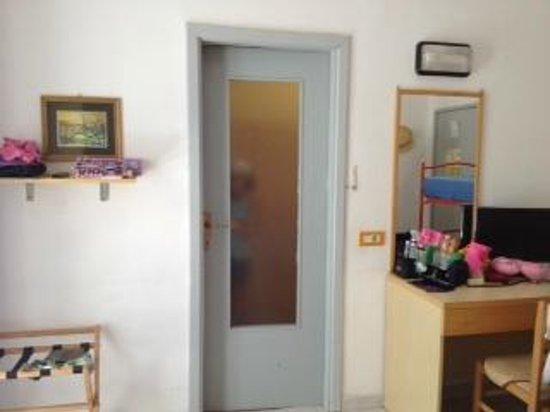 Hotel Cevoli Cattolica: porta bagno