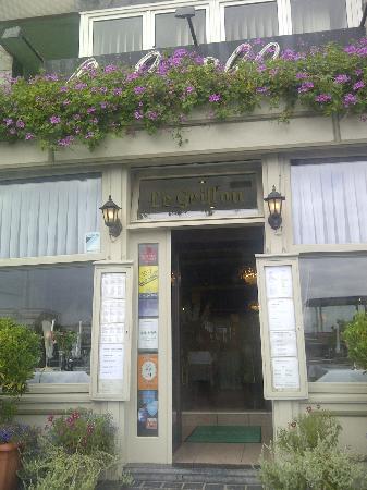 Le Grillon entrance