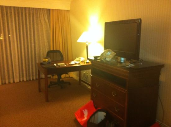 Hilton Bellevue: desk and tv