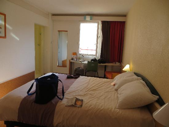 Ibis Honfleur: Bed and window