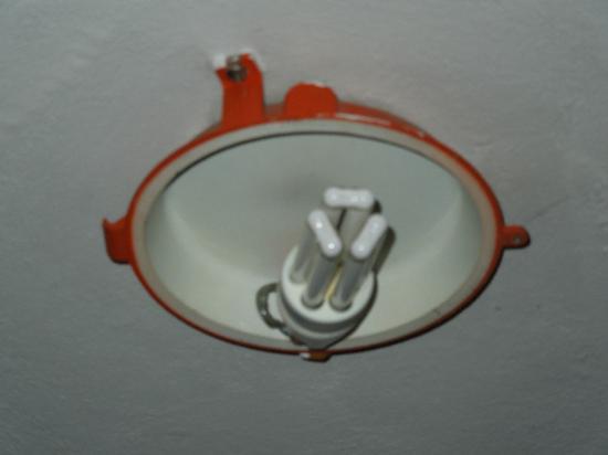 Alaska Clubresidence: Lucernario senza protezione con lampadina a vista