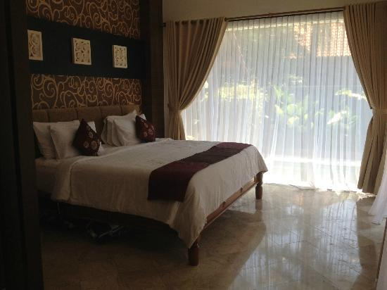 The Club Villas: King size, Kin Koil bed.