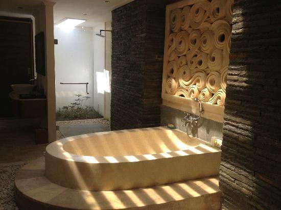 เดอะคลับ วิลล่าส์: Bath fit for a Queen.