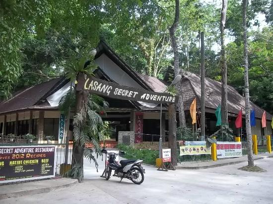 Initao, Filippijnen: Restaurant inside the park