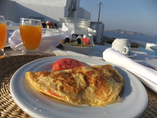 Aria Suites: プライベトバルコニーでの朝食