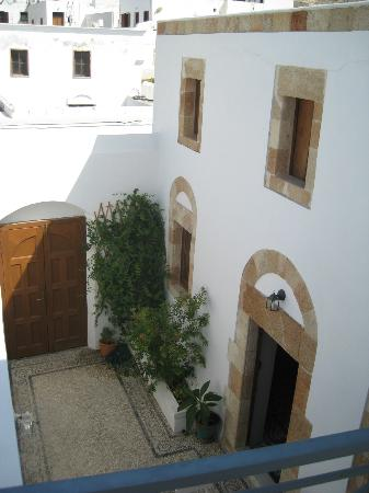 Casa Lindos: Courtyard from roof terrace
