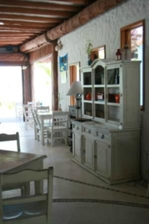 Holbox Hotel Casa las Tortugas - Petit Beach Hotel & Spa: The restaurant is beautifully decorated in white