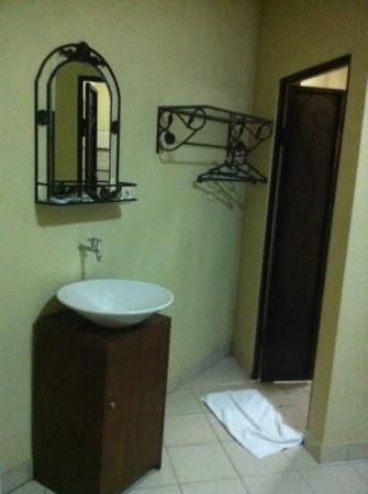 Lathysha Boutique Guest House: acceptable room with adequately clean toilet.