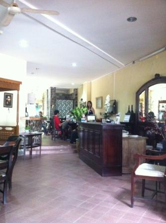 Lathysha Boutique Guest House: lathysha reception and breakfast area. very hospitable owners, and prepared mee-goreng for all o