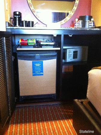 Harrah's Lake Tahoe: Minibar, safe, room also had a fridge