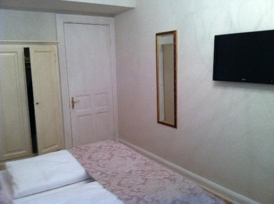 Hotel Mare: schrank, spiegel und hoher TV