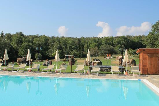 Hotel Casolare le Terre Rosse: Zona piscina