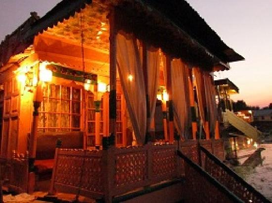 Royal lodge houseboat srinagar kashmir specialty for Specialty hotels