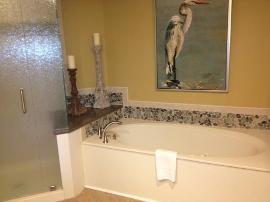 Hampton Place Villas at Palmetto Dunes : master bath jacuzzi tub