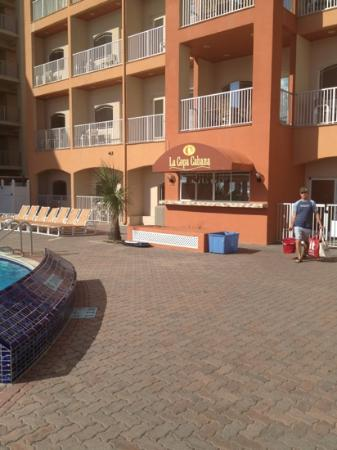 ‪‪La Copa Inn Beach Hotel‬: pool bar area