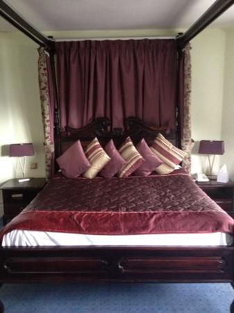 The Devils Punchbowl: four poster bed room