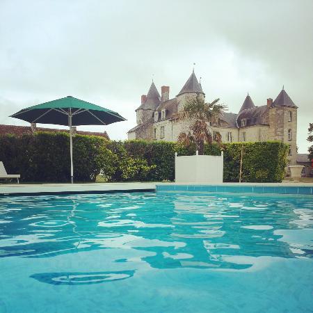 Marcay, France: Vue sur le château prise de la piscine