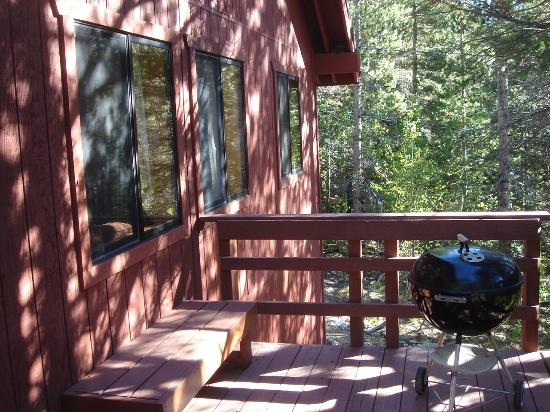 Rock Creek Lakes Resort: Balcony includes bluejays and chipmunks