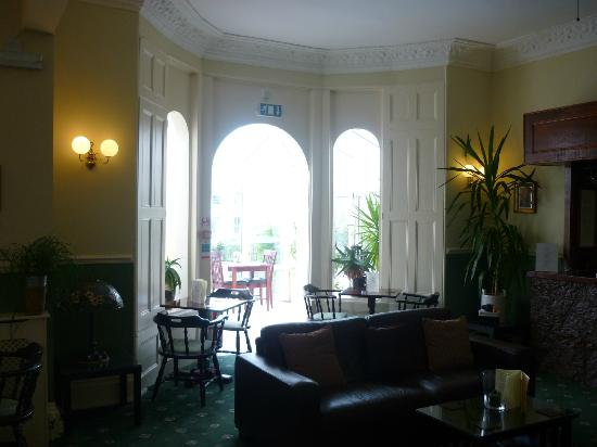 Riviera Lodge Hotel Torquay: from the bar looking out to dining area