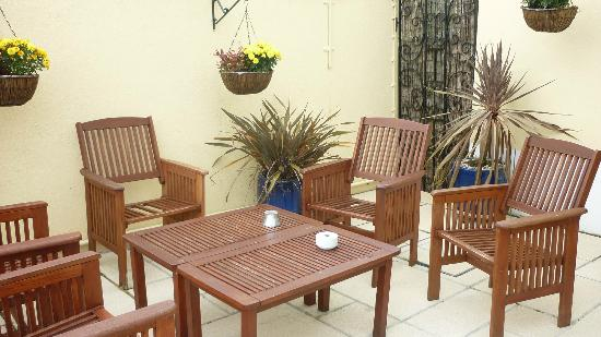 Riviera Lodge Hotel Torquay: sitting area outside