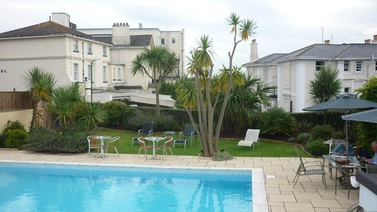 Riviera Lodge Hotel Torquay: grass area around pool