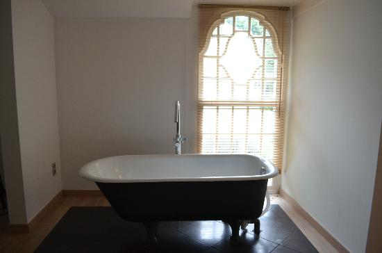 Eremyten Hof: Bathtub in suite