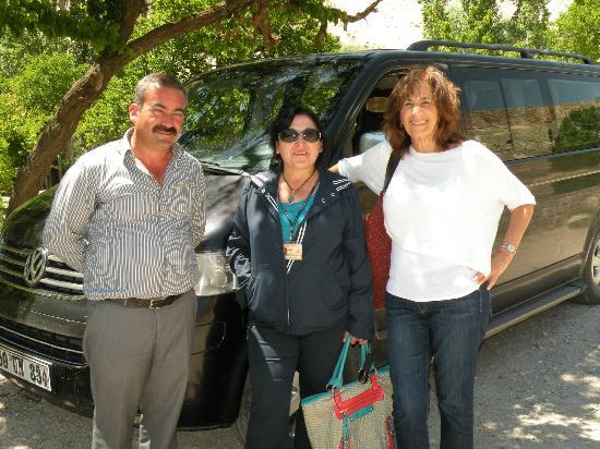 """Euphrates Tours : Chofer, Guía (""""Sonrisita"""" para nosotros) y Sarita mi esposa con camioneta avant de fondo"""