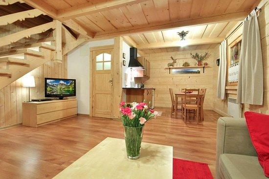 Szalas Janikowka: Sitting room open to the kitchen
