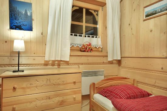 Szalas Janikowka: Bedroom with three single beds
