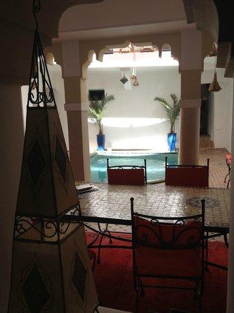 Riad Miliana: Vue sur la table et la piscine