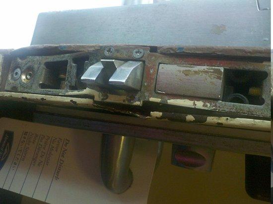 Budget Inn of DeLand: broken door lock