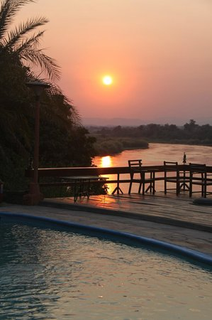 Chirundu, Zambiya: Sunset from the deck area over the Kafue River