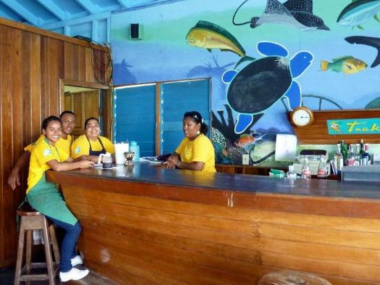 Tranquility Bay Resort: The crew at the Tacklebox Bar