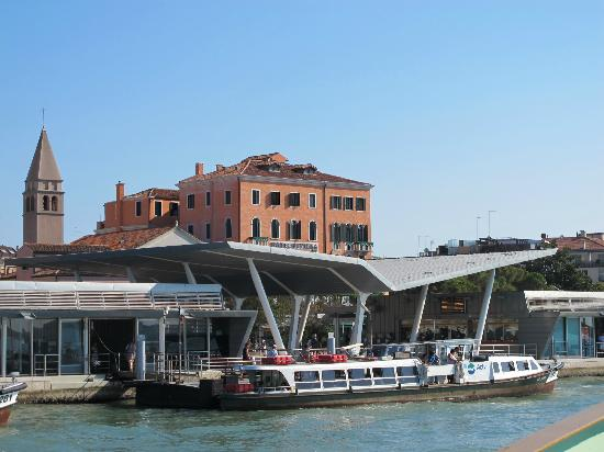 Riviera Hotel: The hotel and the Lido vaporetto station