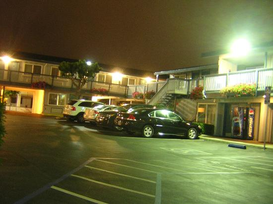 Days Inn Monterey Downtown: Parking