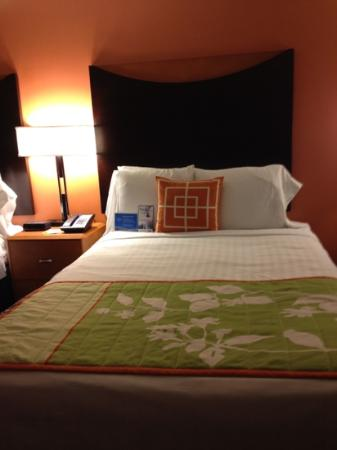 Fairfield Inn & Suites Albuquerque Airport: comfy bed, amazing pillows