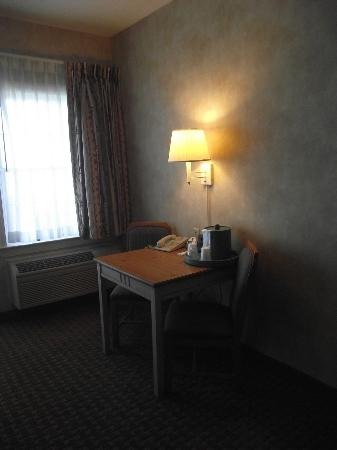 Comfort Suites Chincoteague: Desk area in the hotel room.