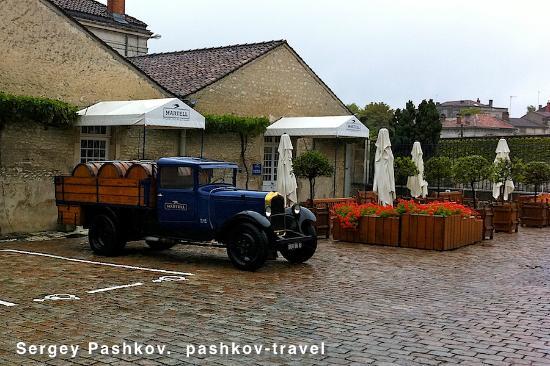 Martell Cognac : Раритетное авто у входа