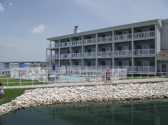 Comfort Suites Chincoteague: Back of the hotel.