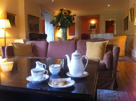 Sheen Falls Lodge: Relaxing in the lounge