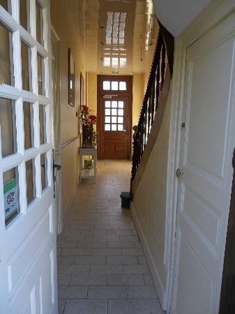 Hostellerie de la Mere Hamard: Entrance to villa with our room on the right after the staircase