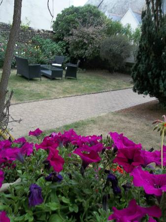 Hostellerie de la Mere Hamard: Another view of garden from our room