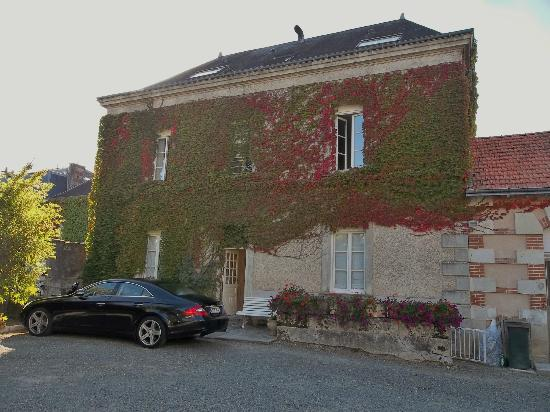 Hostellerie de la Mere Hamard: Ample parking space at rear of villa. Our room at bottom right.