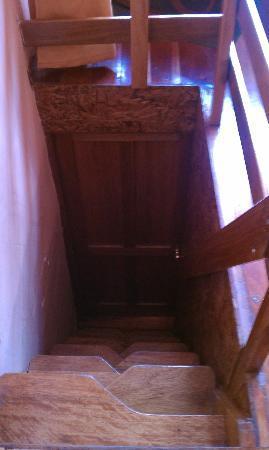 أمارو هوستل: Stairway leading up to penthouse room