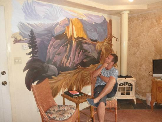 All Seasons Groveland Inn B&B: Pondering the mural in Eagles Tower...