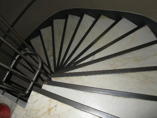 Nomade Hotel: Staircase from lobby