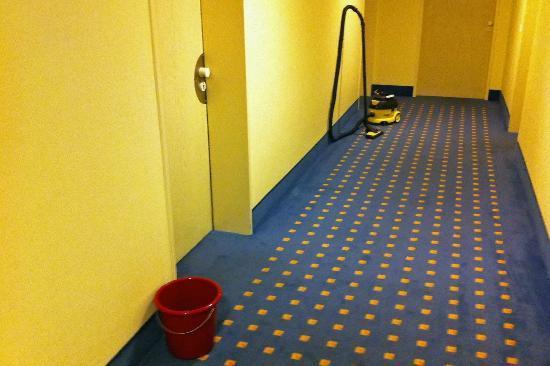 Mercure Hotel Münster City: Hotelkorridor (Eimer und Staubsauger standen mehr als einen ganzen Tag herum)